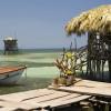 Uriger Steg mit Blick aufs Meer (Jamaika)