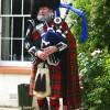 Ein Schotte mit seiner Traditionskleidung und einem Dudelsack