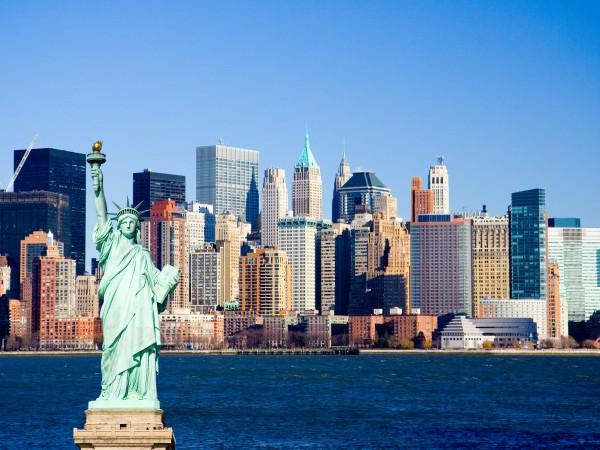 Blick auf die new yorker skyline mit der freiheitsstatue