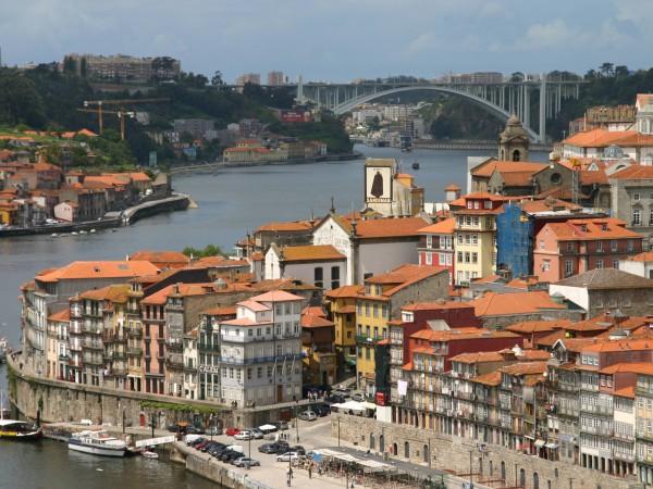 Blick über einen kleinen Hafen in Porto